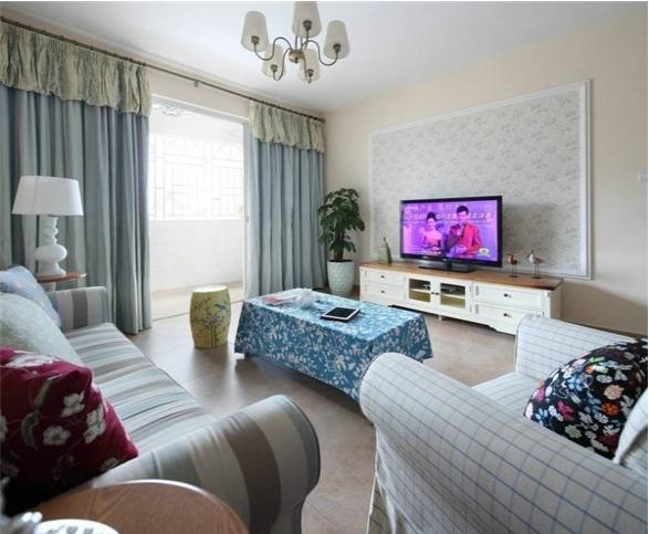 客厅的装修显得十分的简单,软装上选用的是带有田园风格的小碎花,温馨有种生活的情调,很有居家的感觉。