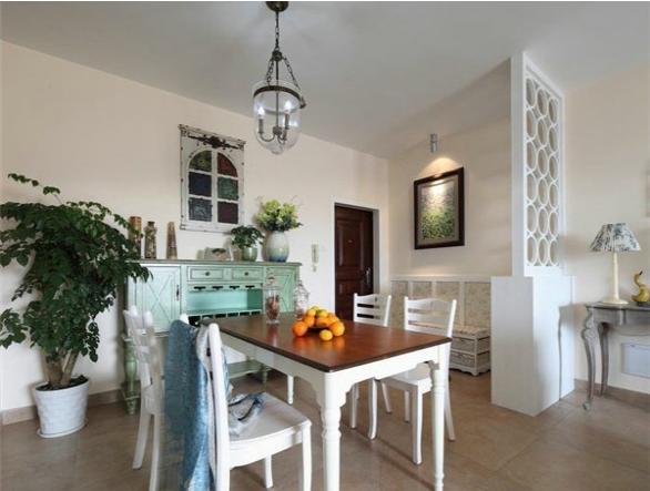 餐厅的装修采用的是北欧风格,欧式的餐桌,以及欧式的高柜设计,有种浪漫的感觉,但是白色的鞋柜隔断和穿鞋凳子巧妙的和客厅的装修风格融为一体,使整个空间的装修感不显违和。