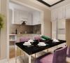 紫色的餐椅使整个居家环境倍感时尚,是整个空间的亮点。入户门处的挂钩、镜子和柜子都具有完整的实用性。