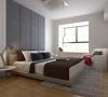主卧室:利用简单的造型背景加硬包营造出一个干净明亮的私密空间。