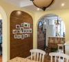 餐厅:简单的墙面造型照片墙给家里添了一份温馨而弧形门洞的造型又有些别致。