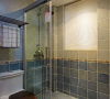 卫生间;主卫,考虑了浴缸和淋浴的位置,所以把卫生间往房间那边扩大了,这样就满足了浴缸和淋雨的功能,整个卫生间的空间也显得更大。