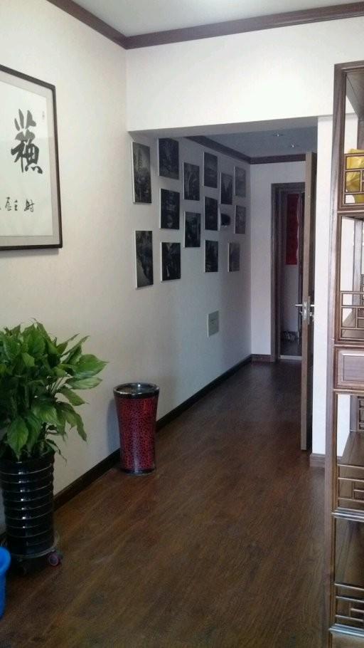 过道。墙面用苏南特色地方的一些图片来突出私房菜的特色