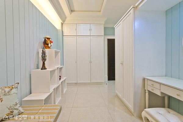 顶于天际线性的柜体安排,顾及美感之余达到零浪费坪效运用。