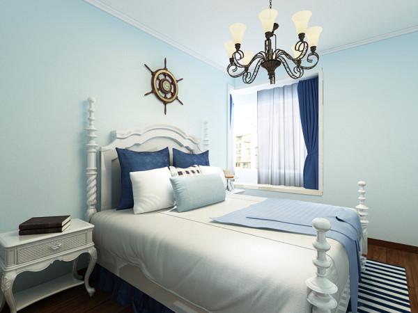 在床头顶部墙面上放置了一个地中海的装饰品,卧室衣柜门板采用了白色烤漆玻璃面板,原因是视觉上感觉比较符合整体风格比较轻快。整体来看此次设计的主要特点是清新活泼,非常适合年轻的业主。