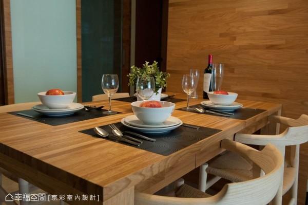 动线的调整后,家庭核心位置开始有了用餐的专属场域。