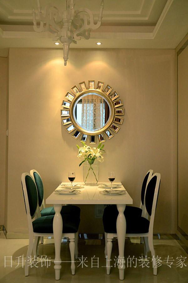 简约欧式风格沿袭古典欧式风格的主元素,欧式的居室有的不只是豪华大气,更多的是惬意和浪漫。通过完美的典线,精益求精的细节处理,带给家人不尽的舒服触感,实际上和谐是欧式风格的最高境界。