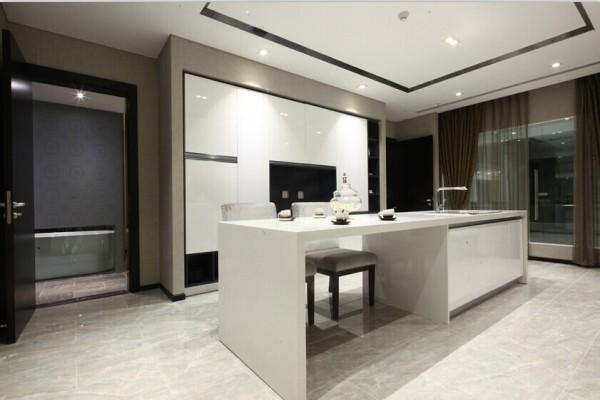 厨房:纯净、中性、高端白色的橱柜,白色的灶台,却无一块瓷砖铺贴,这天衣无缝的结合,与四周撞比色调相统一。