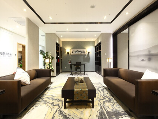 客厅:自然、轻松、禅意灰木纹石材、深色木饰画、黑色亚光石材及简洁天花的结合让空间闲的更为宽阔,一进门就会自然、轻松的感受。