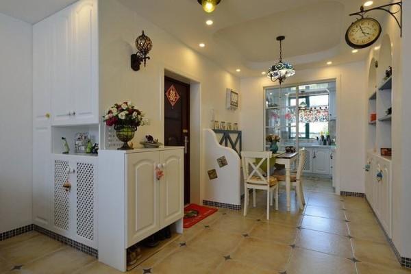 玄关的风格特色主要表现在灯具的摆设,地中海风格的一大特点。