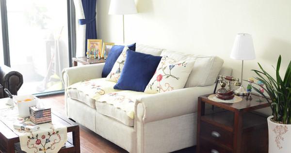 客厅内配了一个单人位的皮沙发和两人位的布艺沙发,给人舒适大气之感。