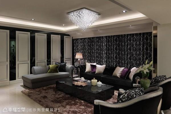 沿用对侧柜体白色门扇的比例作为立面修饰,中间以黑色烤漆玻璃处理,藏起紧邻客厅的主卧动线,于整体装饰中巧妙而细腻的兼顾生活隐私。