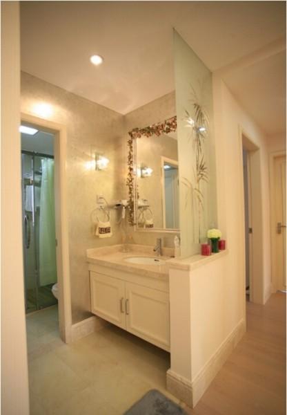 卫生间采用的是干湿分区的设计,大大的增加了它的功能性和实用性,同时在墙面上使用磨砂玻璃似的隔断,看上去更加的简单、通透性更强。