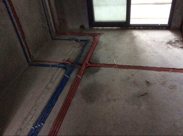 电线在地面和墙面固定