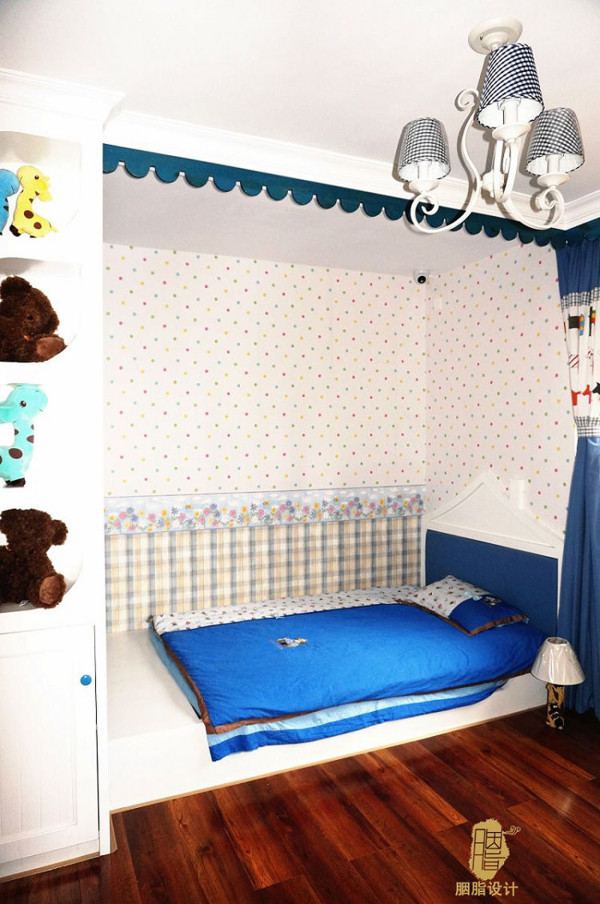 儿童房榻榻米床,还有床头造型。