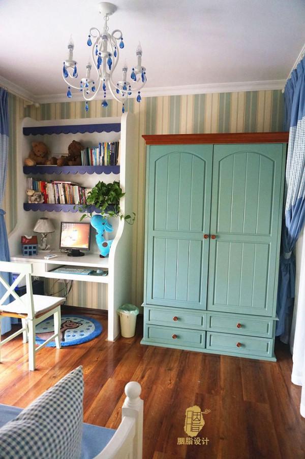 现场制作的一体的书桌与书架可以节省空间,还有蓝色的波浪板,还有蓝绿色的双门成品衣柜