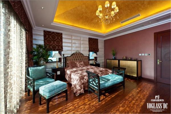 在这个卧室中,现代的装饰更多过古典,虽然椅子等的造型采用的中式样式,但更多的运用了现代的手法增加空间的舒适性。