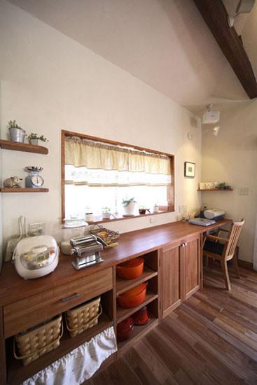 分层式的木质收纳柜,使得物品的摆放更显整齐。竹编式的篮子,不仅起到了收纳作用,还具有装饰空间的效果。室内的窗户,使得空气更加流通。