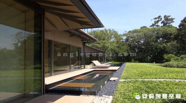 这些空间由一条室外步道连接,在建筑与自然水景间建立了强有力的关联。极其纤细的金属框架和步道以及没有主体建筑的分散式空间布局创造一种轻盈漂浮的感觉。