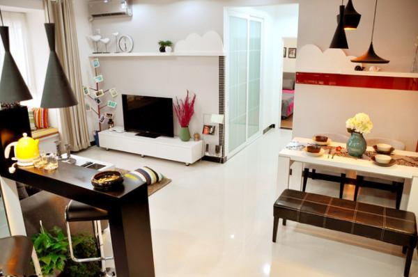 整体的装修四白落地,家居装修风格偏向于极简主义。
