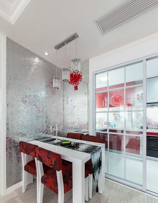 透明的大推拉玻璃门,红色的餐桌和橱柜,也是统一。