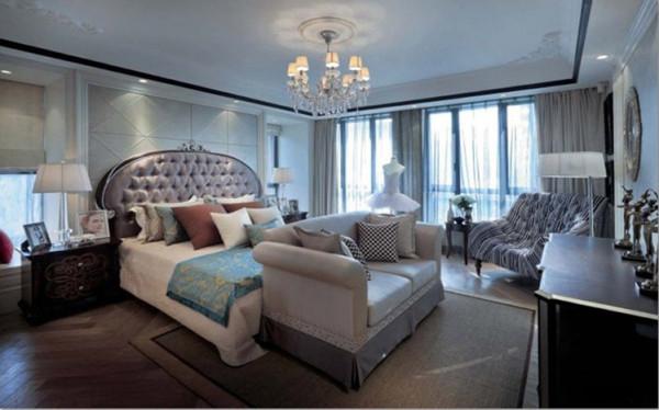 设计理念:卧室整体色调相对客厅餐厅,柔和了许多,偏棕色的床头、软包、窗帘使其更富于气质。