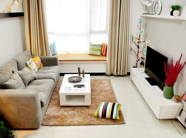 整体的装修四白落地,家居装修风格偏向于极简主义。浅咖啡窗帘加上沙发