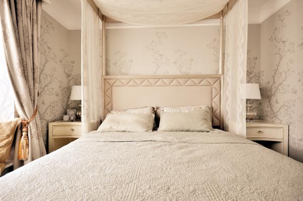 """整个主卧是男女主人的私密区,从卧室到浴室,一路走来,自由开阔!宽大的四柱帷幔床体积较大,摆在卧室中央,设计师在搭配的布艺上采用流苏等装饰物,流露出浓浓的的奢靡味道,带出肆无忌惮的""""床""""之恋。"""