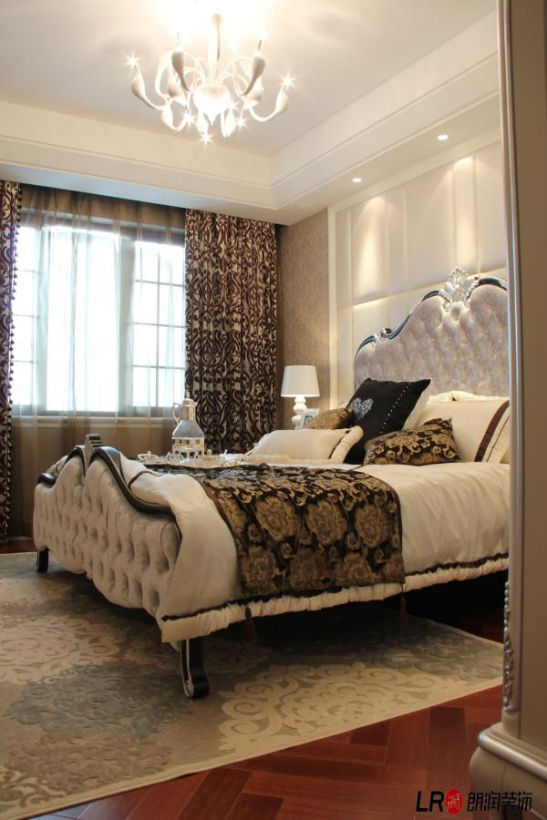 色彩的运用对室内装饰的影响可以说也有举足轻重的地步,强调以华丽、浓烈的色彩配以精美的造型达到雍容华贵的装饰效果