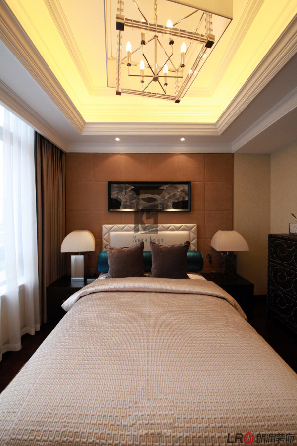 色彩的运用对室内装饰的影响可以说也有举足轻重的地步, 强调以华丽、浓烈的色彩配以精美的造型达到雍容华贵的装饰效果