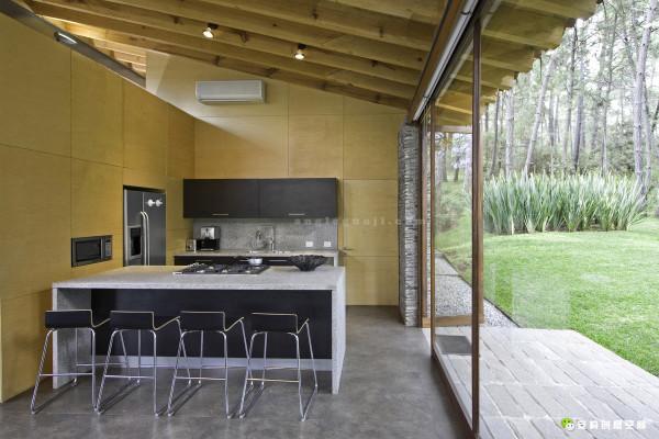 与客厅用深色的木头做装饰不同,厨房采用的是颜色稍浅的天然木色,这样就形成一种和谐的对比。即便是在隐秘区域,设计师对于细节的处理也不容忽视。