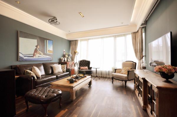 客厅蓝色的主题墙面,挑战着入访者视觉感官的极限,而深棕色的古典沙发则中和了这强烈的反差。在美式古典风里,用东方的古典搭配以西方元素,经由强烈的光照下,东方风采的茶具自然甘愿为西方元素让位!