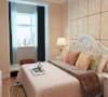 设计理念:卧室同样延续了客厅以白色为主调的设计风格,白色简约的背景墙,加上浅暖黄色的窗帘,。