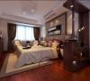 高档的木质家具以及精致面料的窗帘、床上用品,共同营造了一个古朴奢华的卧室空间。古朴不沉闷、奢华不浮夸,在此歇息,去找寻深埋心里的根,体会拂去尘埃的纯净。