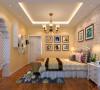 起居室一般较客厅空间低矮平和,选材上也多取舒适、柔性、温馨的材质组合,可以有效地建立起一种温情暖意的家庭氛围