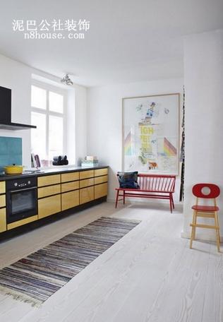 厨房则选用了让人明快的黄色,彩色且备具个性的地毯让人难以忘记