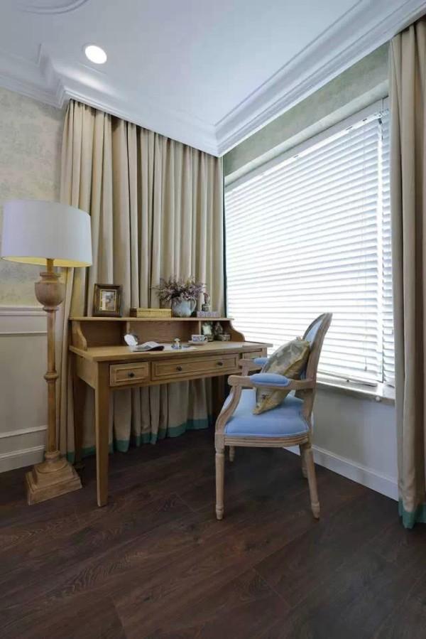 简洁而明净的卧室,墙体是时尚浅黄花纹壁纸。阳光从一侧的落地窗照入,使得室内白色的天花及原木的地板越发显得素静和谐