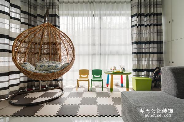 超具个性的吊椅,加上色彩明亮的桌凳,让客厅的装饰如锦上添花