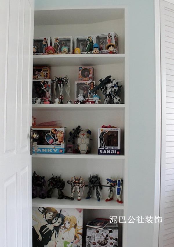 如果家里很多玩具,也可以考虑在墙角设计置物架,既能节省空间,还能使物品摆放的有条不紊
