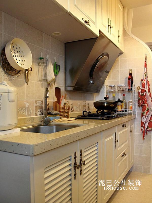 厨房虽然不大,但是容纳了这么多物件,并没有显得很杂乱