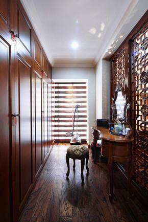 美式 三居 小资 衣帽间图片来自家装大管家在135平美式风3居 复古与潮流拼接的分享