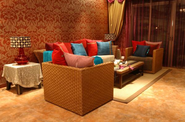 装修主材:柚木饰面、地板、质感墙纸、花纹地砖 经典浓重的色彩,硕大的花纹图案,适当比例的运用,自然风格家私饰品的点缀,引领出高贵、新颖、豪华的东南亚风格。