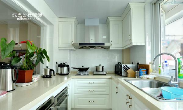 厨房  厨房还配备了烤箱和蒸炉,一看就是有个贤惠爱烹饪的女主人