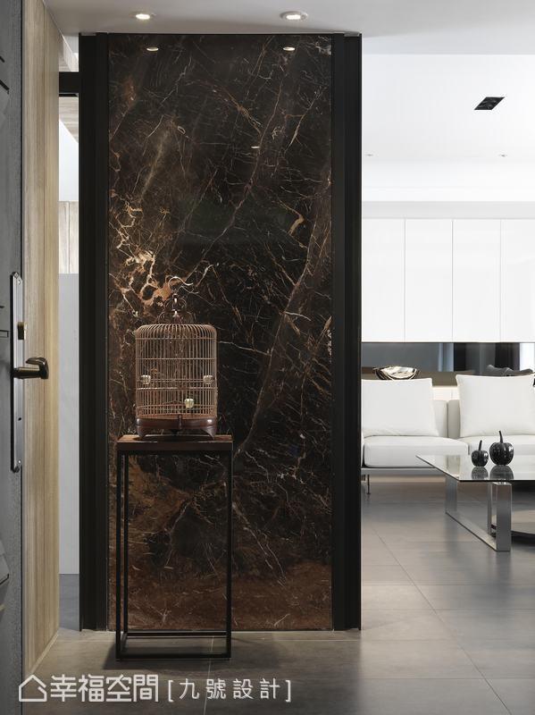 自然简约的设计语汇,设计师仅于玄关处以法国香颂大理石丰富空间。