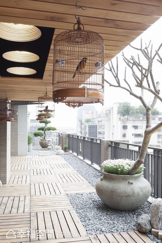以主树为设计轴心的露台,设计师则以卵石与木作铺叙闲情,打造轻松漫步地日光大道。