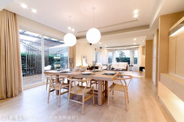由原木触感与净白漆面构成的色彩计划,平静单纯之中蕴含着极具力度的设计能量。