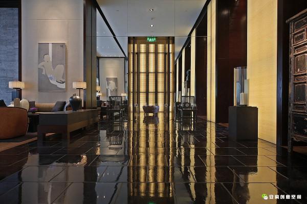 汇聚中国古老元素与现代工艺科技的璞丽酒店使用了通常被用在建筑外墙的上海灰砖作为内部装修建材之一,营造出建筑的特殊美感与功能,酒店大堂的特殊地砖是由北京紫禁城修复工程地面建材的同一厂家所提供。