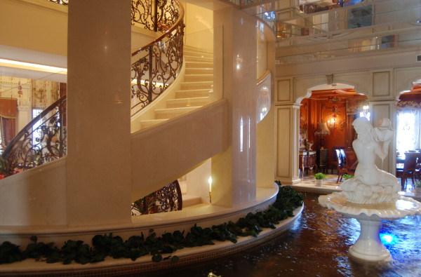 大理石也被设计师较多的应用到别墅空间设计内。