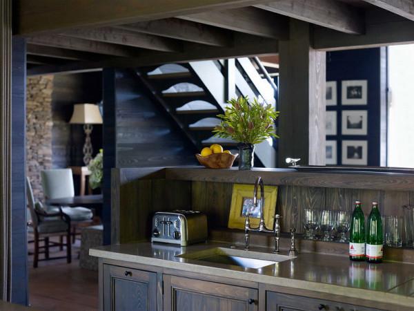 "Loft在建筑风格上的表现,著名观念艺术家、观念摄影家邱志杰如此描绘:""对既定空间的尊重与在经济限幅内空间的大胆切割、重构相结合;精致的生活品质要求与廉价装修结合,而廉价装修往往要求更精密的设计。"""