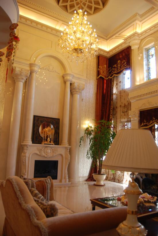 设计师在别墅空间设计的细节打造中,加入了较多的欧式古典元素,从繁琐的水晶灯到哥特式的玻璃窗,从精致的铁艺楼梯到罗马柱的应用,无不在彰显着欧式皇家别墅的高贵典雅。